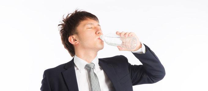 夏バテ前に水を飲む